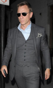 **UK OUT** A snappily-dressed Daniel Craig extracts a quantum of cash from an ATM in north London