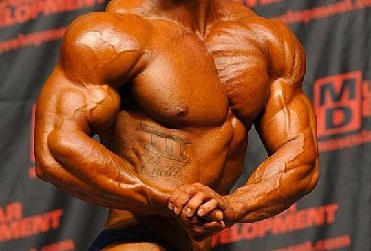 男でも胸の谷間を作る!内側を徹底的に鍛えて大胸筋の立体感を出しましょう。